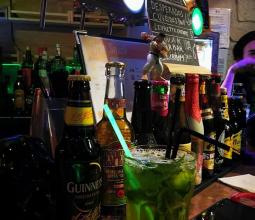 Photo du cocktail le Grinch sur le comptoir du WarpZone de Caen