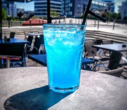 Photo du cocktail Léviator bleu sur la terrasse du WarpZone Rennes