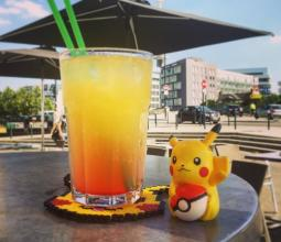 Photo du cocktail jaune Pikachu sur la terrasse du WarpZone Rennes