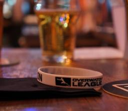 Photo d'une pinte de bière et d'un bracelet overwatch league